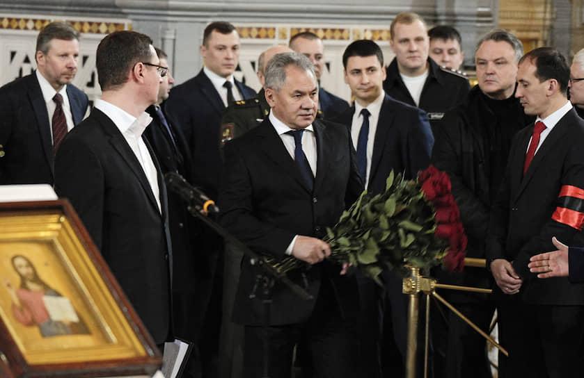 Министр обороны России Сергей Шойгу (на фото в центре) на церемонии прощания с Юрием Лужковым