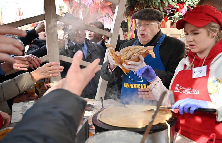 2020 год. Владимир Жириновский участвует в народных гуляниях по случаю Масленицы на Манежной площади
