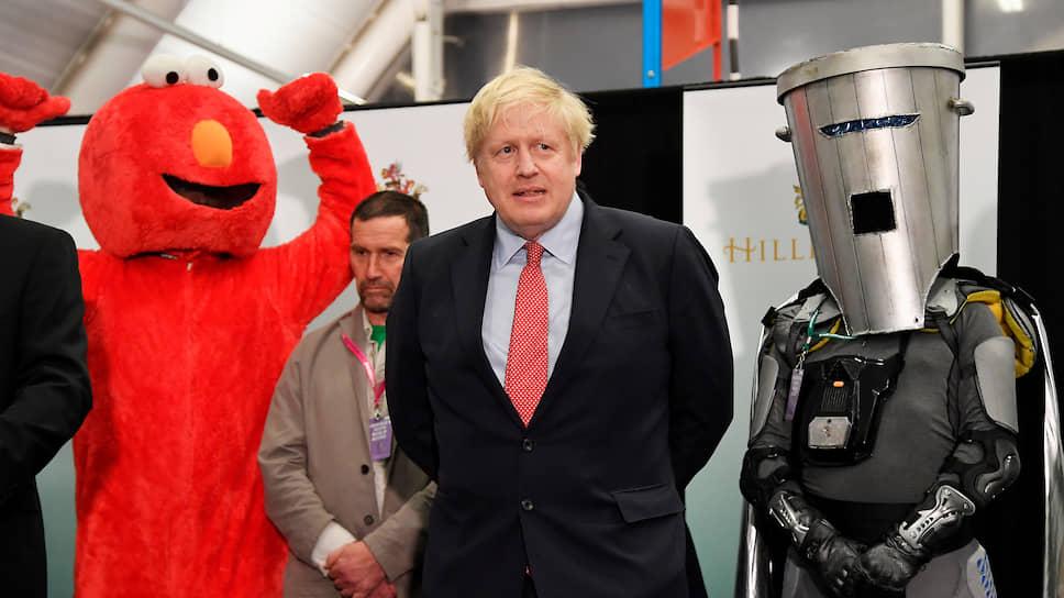 Премьер-министр Великобритании Борис Джонсон (в центре)