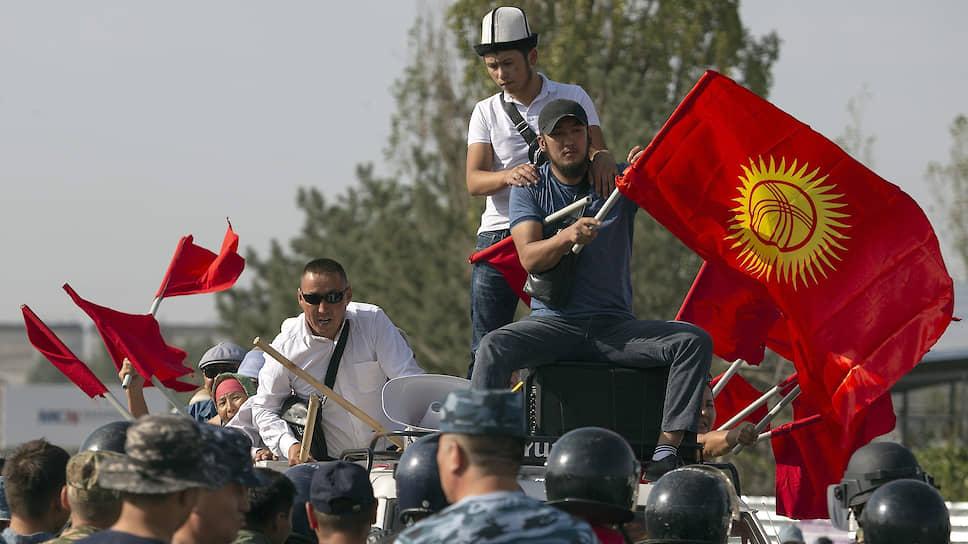 Сторонники Алзамбека Атамбаева пытаются прорвать милицейский кордон на выезде из Бишкека
