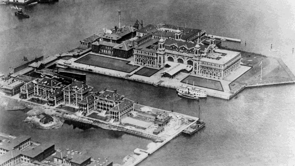 Остров Эллис был для новых эмигрантов в США пунктом прибытия, а для депортируемых — местом пребывания перед высылкой, похожим на клуб по политическим интересам