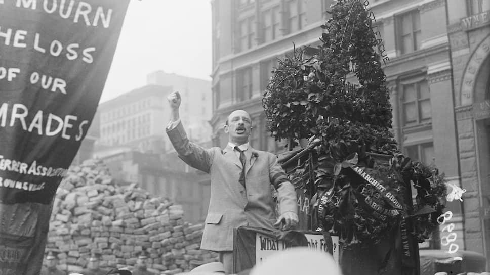 Александр Беркман выступает на траурном митинге в память о троих членах ИРМ, погибших при взрыве бомбы в квартире, в которой он проживал. Расходы на похороны погибших Беркман взял на себя. К взрыву, по его собственным словам, он не имел никакого отношения
