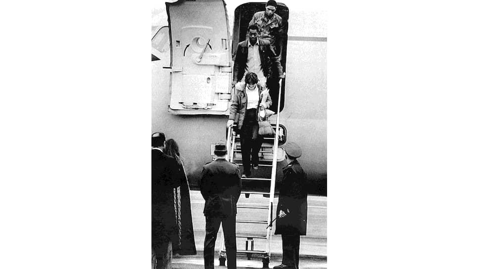 19 и 20 ноября 1979 года по личному распоряжению аятоллы Хомейни были освобождены 13 заложников – восемь мужчин афро-американского происхождения и пять женщин. Остальные 52 заложника провели в плену 444 дня. На фото: первые из освобожденных заложников на американской базе в Германии, 20 ноября 1979 года