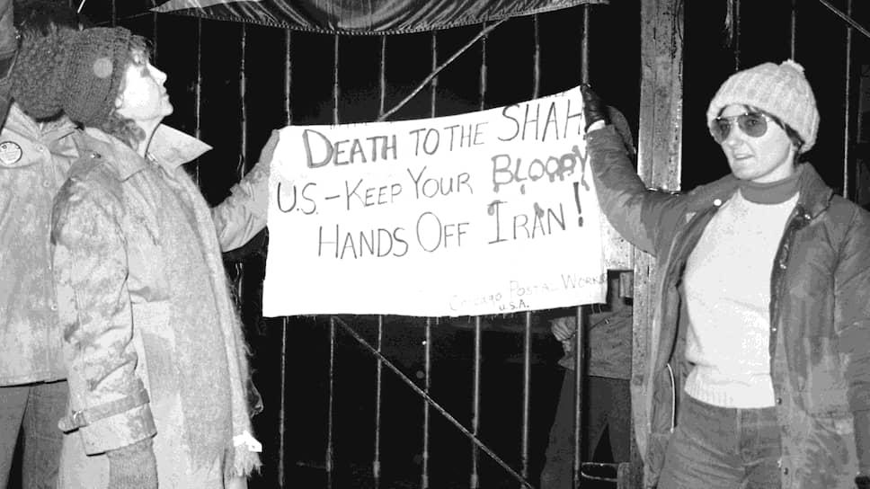 Две американки из группы, которая поддерживала захват посольства, у ворот дипмиссии с плакатом: «Смерть шаху! США убери свои кровавые руки от Ирана!»