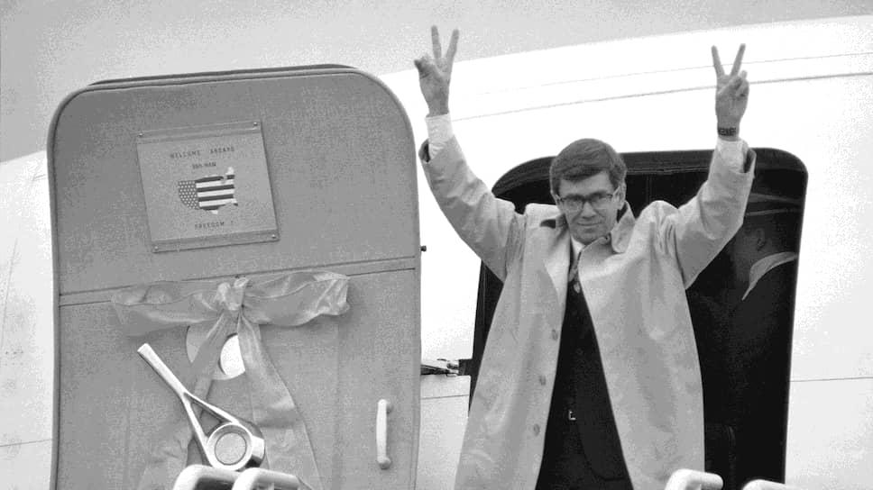 Спустя десятилетия временный поверенный в делах США в Иране Брюс Лэйнген писал, что Вашингтон и Тегеран не извлекли уроки из истории и продолжают оставаться ее заложниками. На фото: Брюс Лейген сходит с борта самолета, который привез освобожденных заложников на родину (27 января 1981 года)