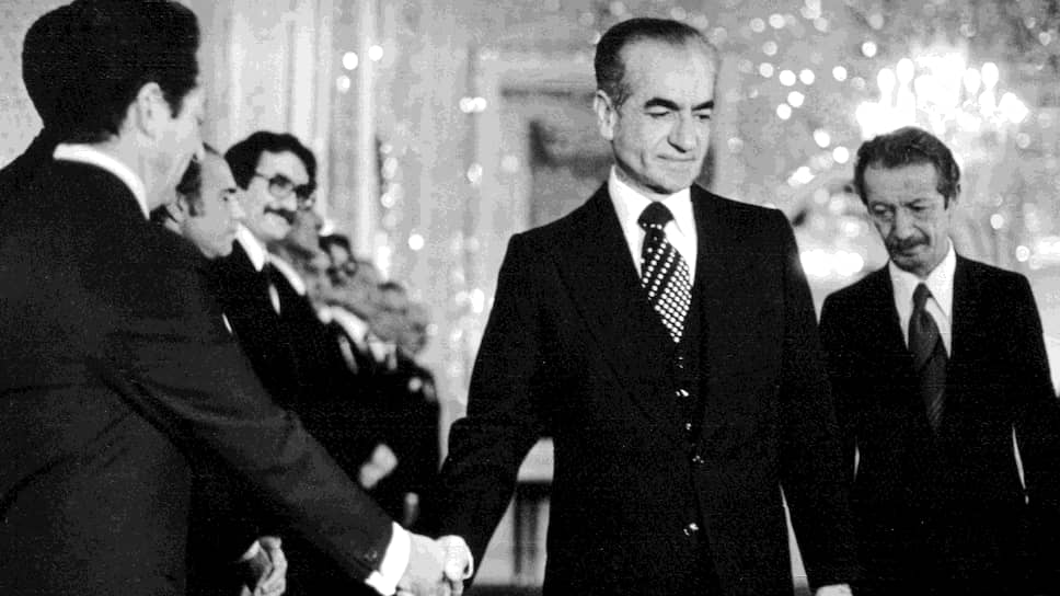 Шах Мохаммед Реза Пехлеви (в центре) и его последний премьер-министр Шапур Бахтияр (справа) за десять дней до отъезда из Ирана. Сначала шах бежал в Каир, но вскоре ему позволили приехать в США на лечение. Это решение и спровоцировало захват иранскими студентами американского посольства в Тегеране (6 января 1979 года).