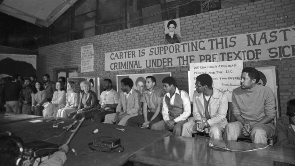 Спустя неделю прессу уже пустили в здание посольства и позволили поговорить с заложниками. (19 ноября 1979 года)