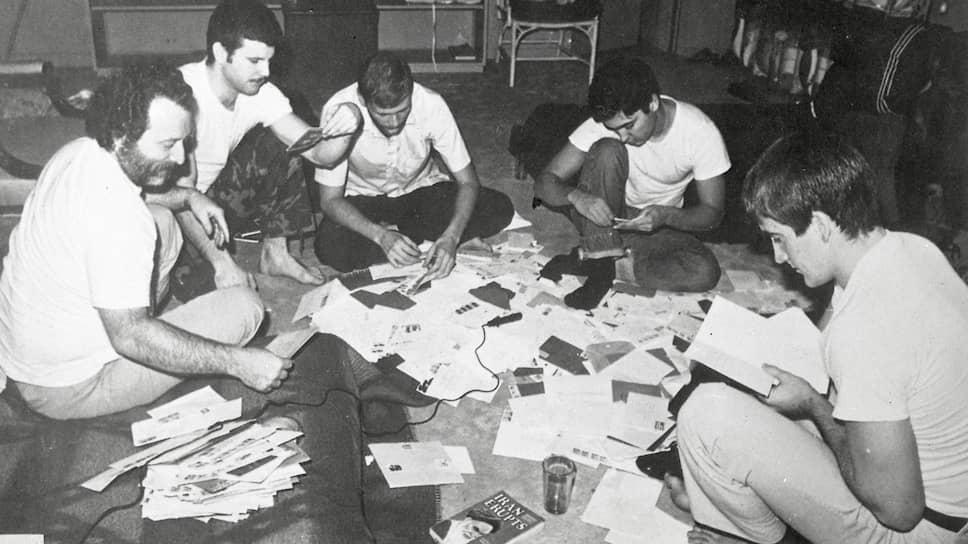 Американским заложникам позволяли получать письма из дома, и в целом студенты старались облегчить их жизнь, если не считали, что кто-то из американцев был шпионом.