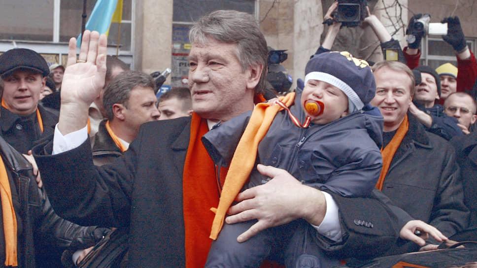 Кандидат в президенты Украины Виктор Ющенко после голосования на избирательном участке
