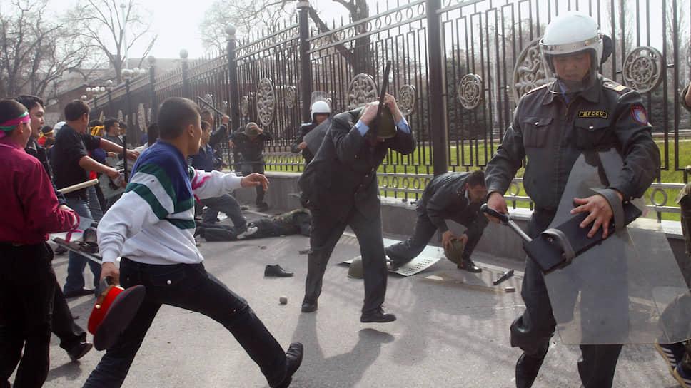 Массовые антиправительственные выступления сторонников оппозиции в Киргизии