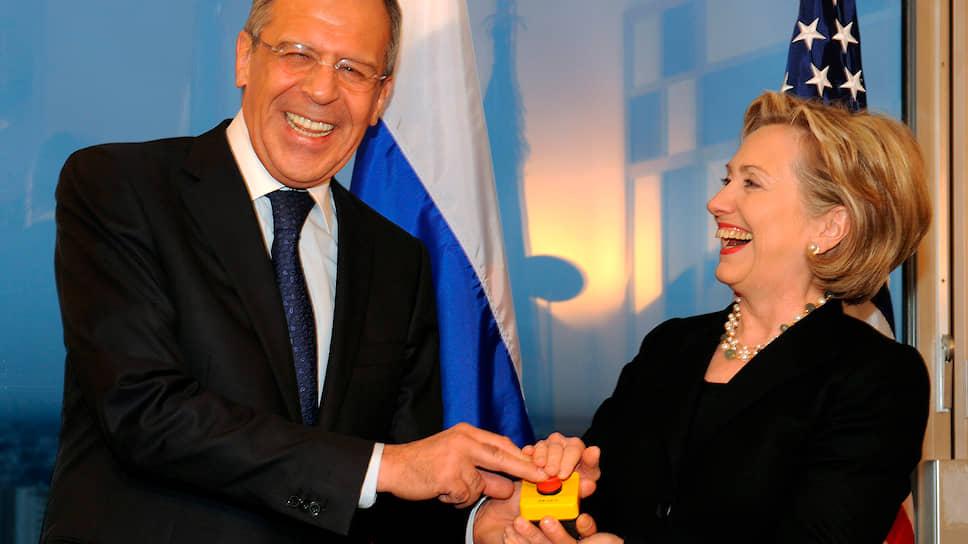 Слева направо: министр иностранных дел России Сергей Лавров и госсекретарь США Хиллари Клинтон