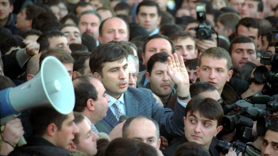 Михаил Саакашвили (в центре) на митинге 22–23 ноября в Тбилиси