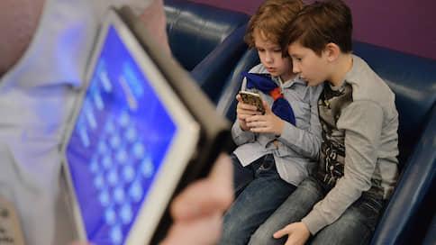 Не покладая смартфона  / Рособрнадзор выяснил, что школьники ищут в интернете