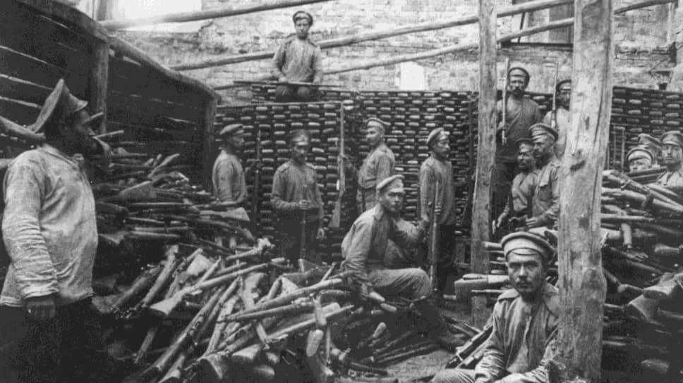 «Очень много солдат, в особенности в тылу, вооруженных старыми винтовками, а также австрийскими,— благо, их взяли не одну тысячу» (на фото — складывание трофейных австрийских винтовок в штабеля, 1916 год)