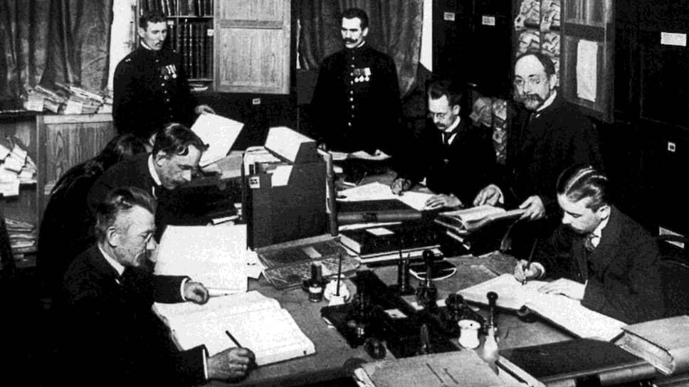 «Русское правительство не способно предотвратить острую хозяйственную и финансовую разруху страны» (на фото — чиновники Министерства внутренних дел, 1910 год)