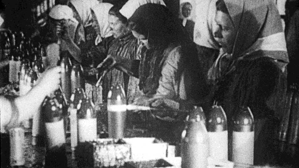 «Не маловажное значение, бесспорно, имело бы и привлечение к работам женщин» (на фото — изготовление боеприпасов, март 1917 года)