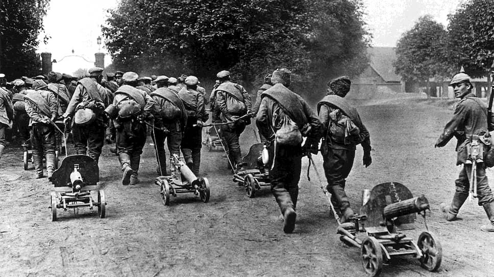 «В результате там, где перебиты офицеры, начались массовые сдачи в плен» (на фото — германский солдат конвоирует русских солдат, 1915 год)