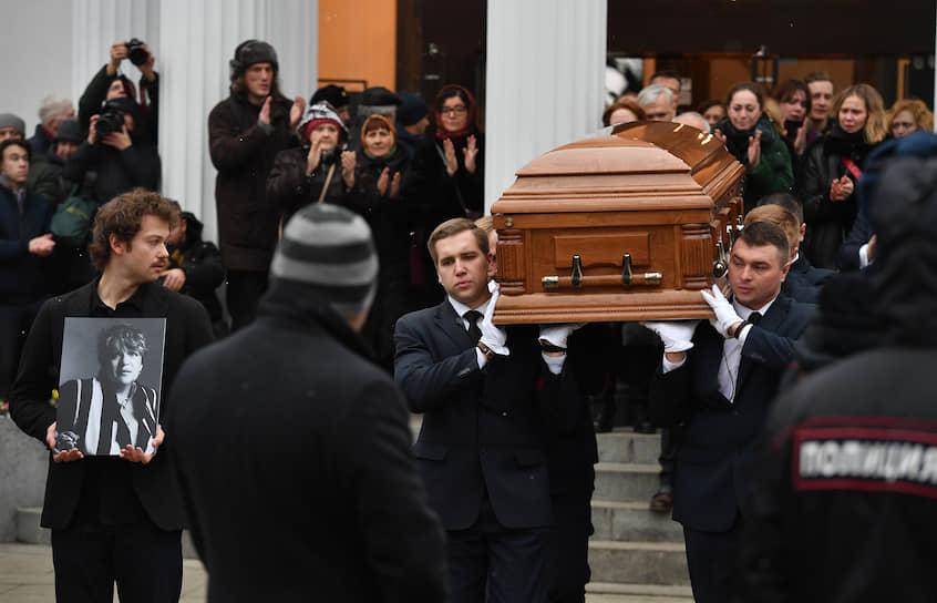 После церемонии прощания Галину Волчек похоронили на Новодевичьем кладбище в Москве