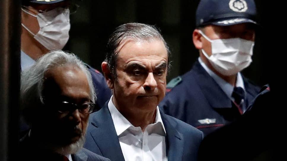 Бывший глава Renault—Nissan—Mitsubishi Карлос Гон (в центре)