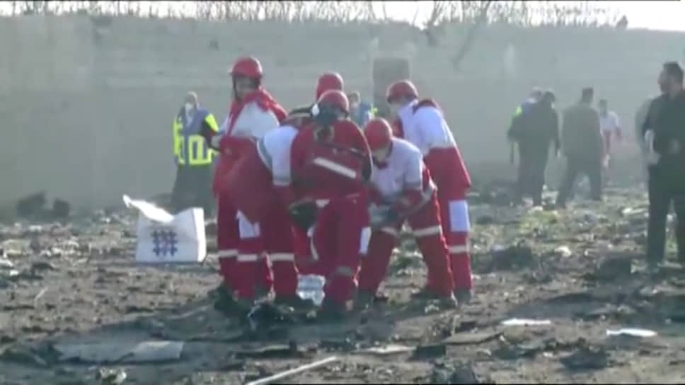 Спасатели работают на месте крушения украинского Boeing 737