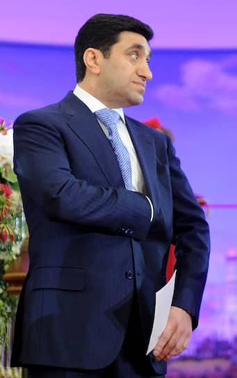 Председатель совета директоров группы «Киевская площадь» <b>Год Нисанов</b> не против родных в бизнесе. В 2019 году он рассказал РБК, что учредителями компаний группы часто выступают родственники, его и бизнес-партнеров. Многие проекты «Киевской площади» — идеи детей и племянников. При этом он считает, что «детям нельзя сразу давать большой кусок и красивое кресло, чтобы они пришли, сели и стали командовать».