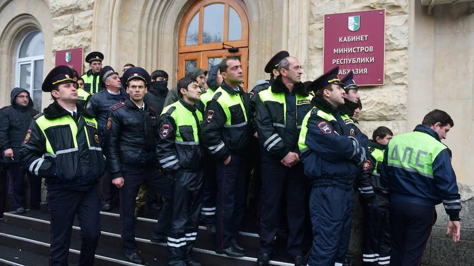 Сотрудники правоохранительных органов у здания администрации президента Республики Абхазия в Сухуме, которое штурмуют митингующие