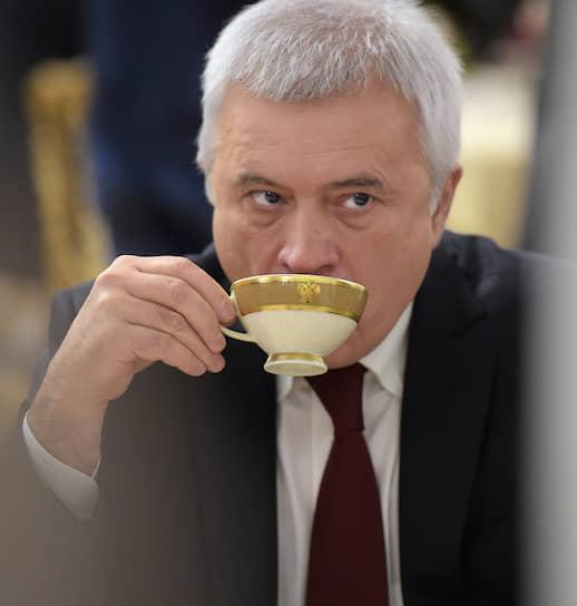 Глава и основной акционер ЛУКОЙЛа <b>Вагит Алекперов</b> в 2018 году заявлял, что думает о своем преемнике на посту руководителя компании. «Это не будут мои близкие родственники»,— заявил господин Алекперов, у которого есть 29-летний сын Юсуф. Он добавил, что уже позаботился о том, чтобы наследники не раздробили его пакет в ЛУКОЙЛе, передав его в траст.