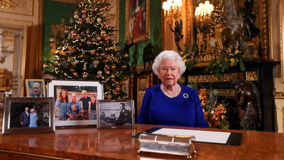 Во время рождественского обращения королевы Елизаветы II у нее на столе присутствовали фотографии всех ближайших родственников. Кроме принца Гарри и Меган Маркл.