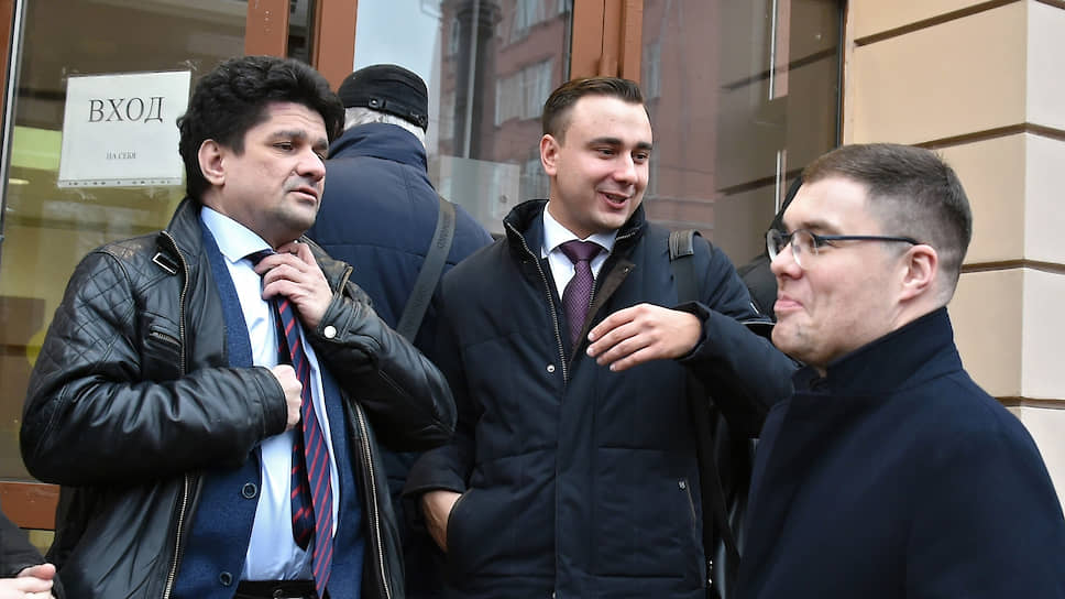 Директор ФБК Иван Жданов (в центре)