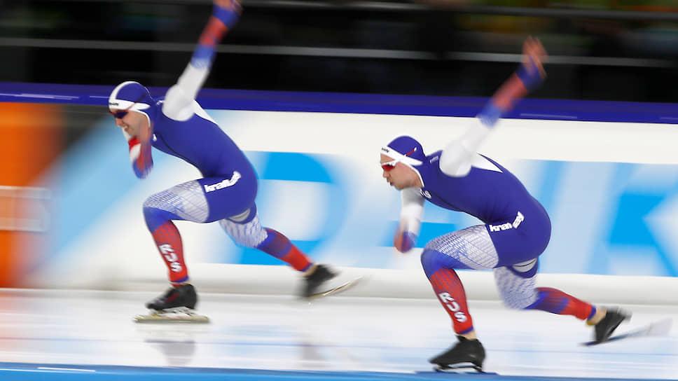 Российские конькобежцы Виктор Муштаков (слева) и Павел Кулижников