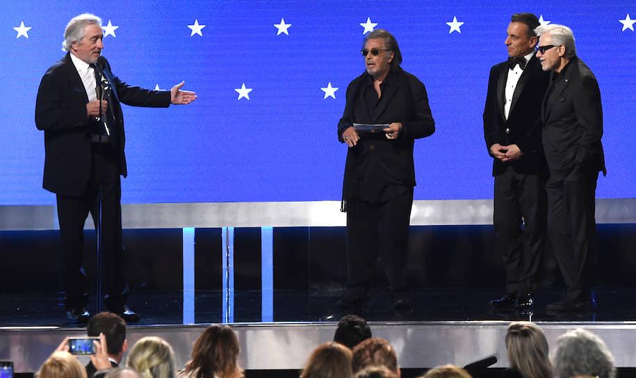 Слева направо: актеры Роберт Де Ниро, Аль Пачино, Себастьян Манискалко и Харви Кейтель во время вручения награды за лучший актерский состав фильма «Ирландец»