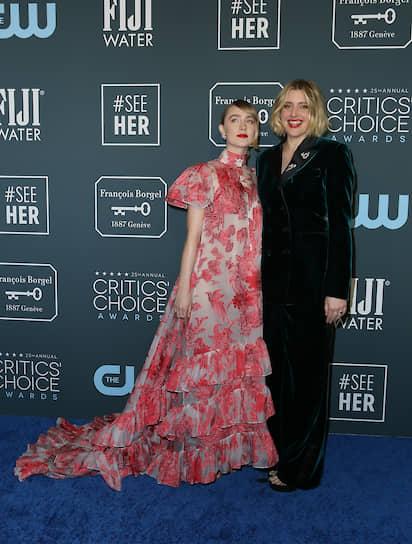 Лауреат в номинации «Лучший адаптированный сценарий» за фильм «Маленькие женщины» Грета Гервиг (справа) и актриса Сирша Ронан