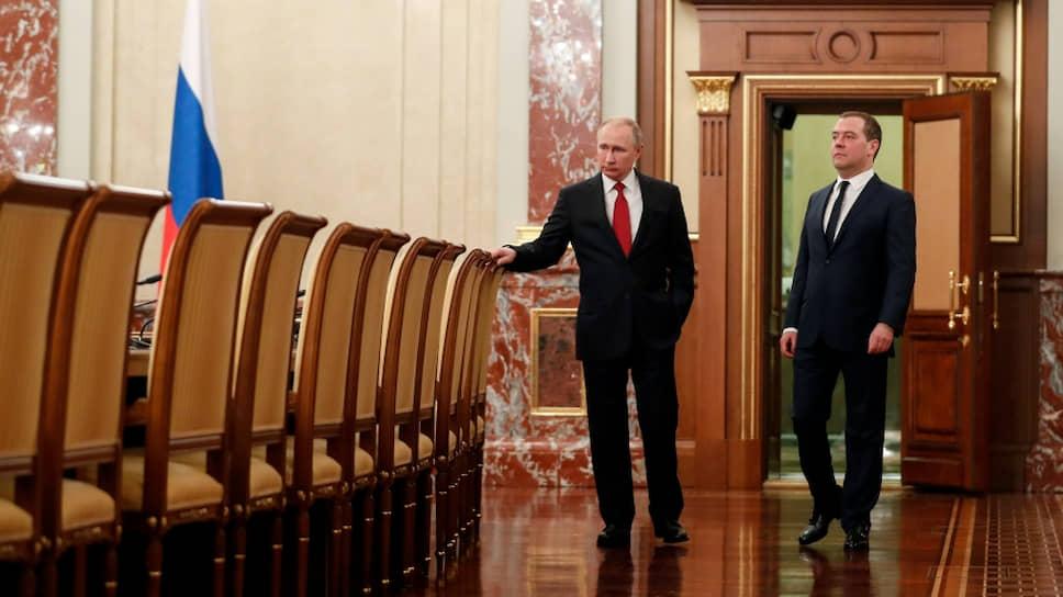 Президент России Владимир Путин и подавший в отставку премьер-министр Дмитрий Медведев