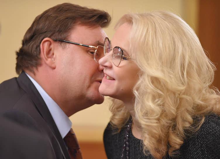 Вице-премьер — руководитель аппарата правительства Константин Чуйченко и вице-премьер Татьяна Голикова перед началом заседания