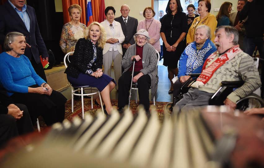 Вице-премьер Татьяна Голикова (вторая слева) во время посещения Пансионата для ветеранов труда № 6
