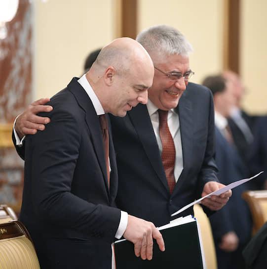 Первый вице-премьер — министр финансов Антон Силуанов  (слева) и министр внутренних дел Владимир Колокольцев перед заседанием правительства