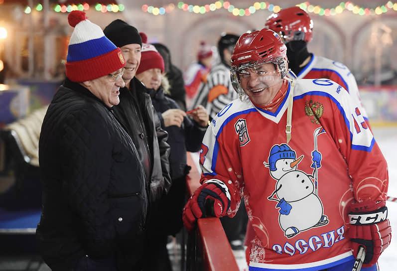 Министр обороны России Сергей Шойгу (справа) перед матчем Ночной хоккейной лиги на катке на Красной площади