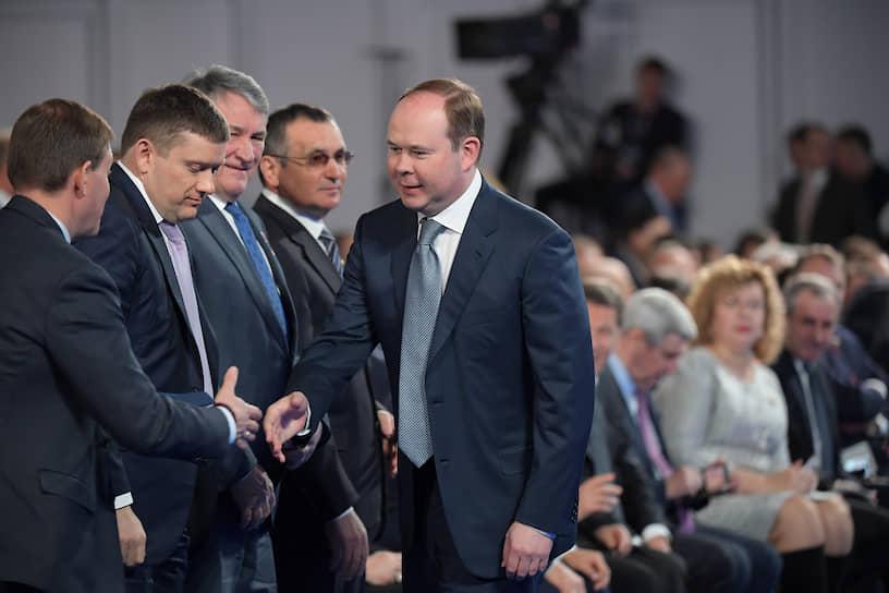 Руководитель администрации президента РФ Антон Вайно (справа) перед началом выступления Владимира Путина