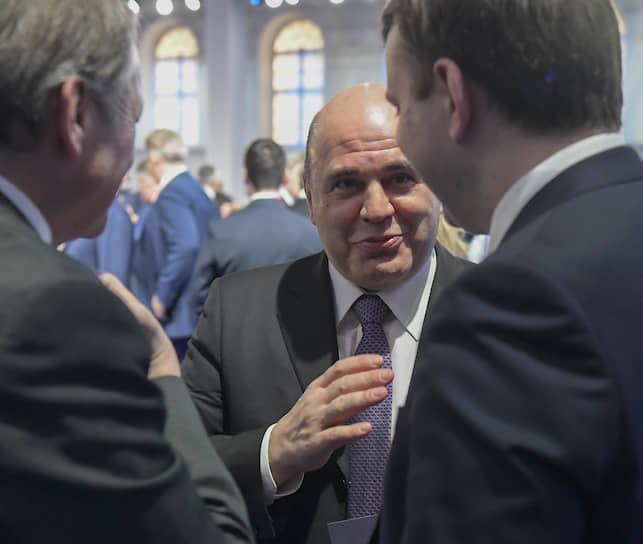 Руководитель Федеральной налоговой службы Михаил Мишустин (в центре)