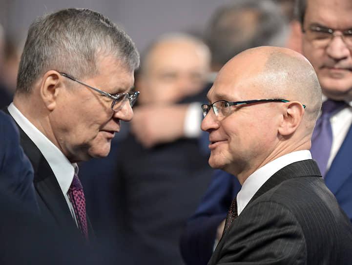 Генпрокурор Юрий Чайка (слева) и первый замглавы администрации президента Сергей Кириенко