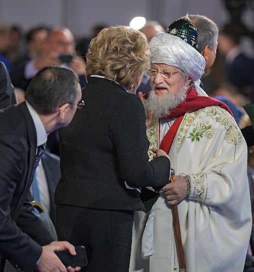 Председатель Совета федерации Валентина Матвиенко (в центре) и председатель Центрального духовного управления мусульман России Талгат Таджуддин (справа)