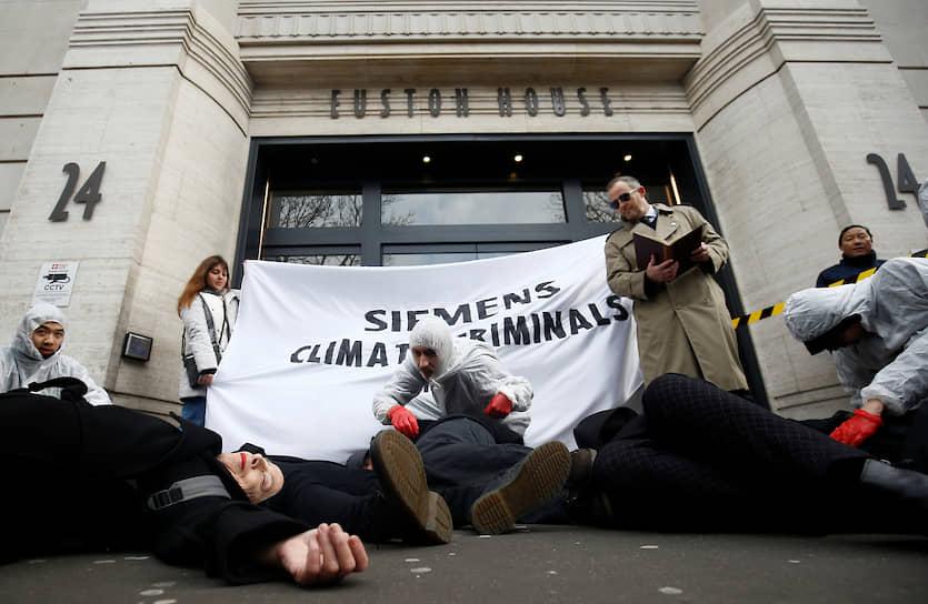 Лондон, Великобритания. Экоактивисты во время демонстрации против компании Siemens