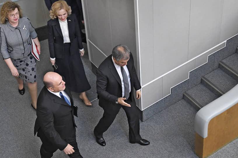 После консультаций с фракциями к 14:00 Михаил Мишустин прибыл на пленарное заседание Госдумы