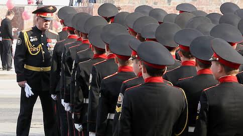 Кадетам доверили щиты и дубинки  / Пермские школьники провели «тактическую игру» по разгону митингов