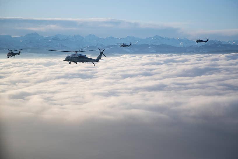 Авиаэскадрилья сопровождает вертолет президента США Дональда Трампа, который приземлился в Швейцарии за несколько часов до начала рассмотрения в американском Сенате дела об импичменте