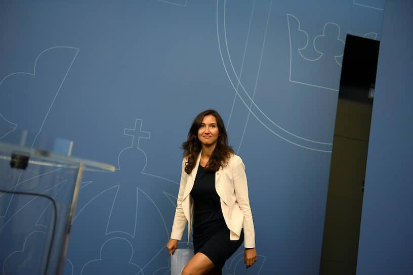 В октябре 2014 года 27-летняя Аида Хадзиалич стала министром Швеции по делам гимназий. В 2016 году она подала в отставку после того, как ее остановили за вождение в нетрезвом виде