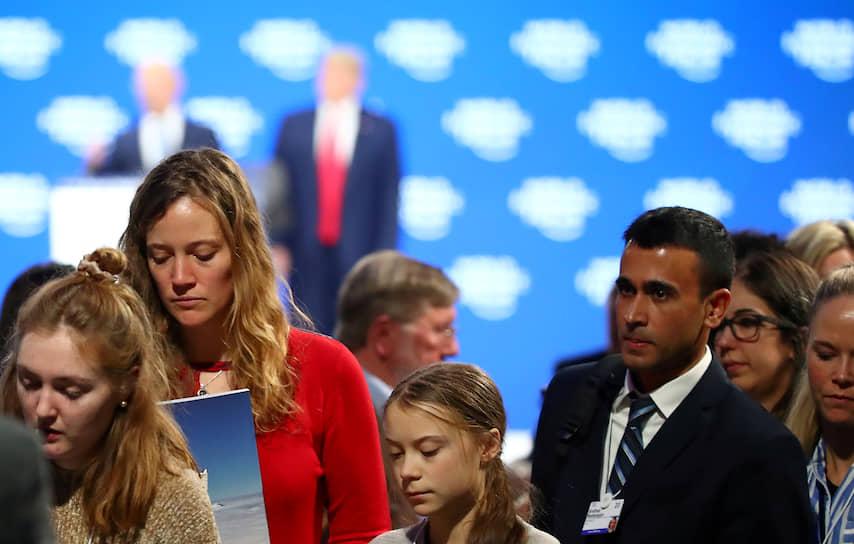 Шведская экоактивистка Грета Тунберг (в центре) уходит с выступления Дональда Трампа