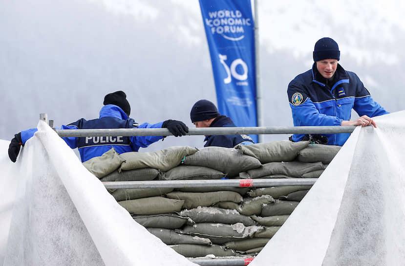 Полиция обустраивает контрольно-пропускной пункт возле конгресс-центра накануне Всемирного экономического форума