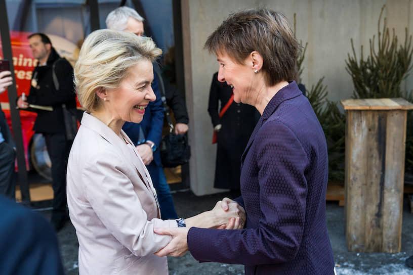 Президент Швейцарии Симонетта Соммаруга (справа) приветствует председателя Европейской комиссии Урсулу фон дер Лайен в кулуарах форума