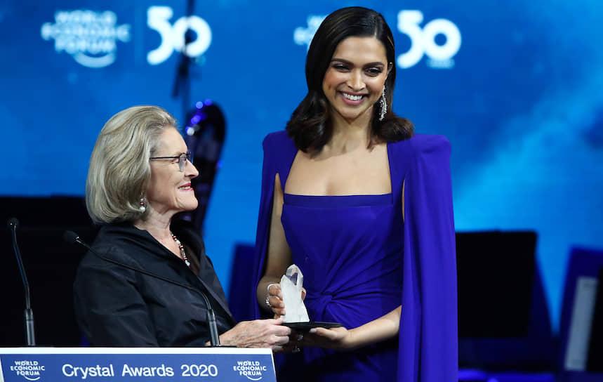 Болливудская актриса Дипика Падуконе (справа) выступила 20 января на вручении Crystal Awards – ежегодной премии для деятелей культуры в преддверии открытия Всемирного экономического форума. В своей речи она затронула проблему психического здоровья населения мира